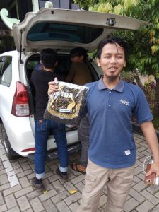 Member TDA Bandung mendapat kaos event Pesta Wirausaha